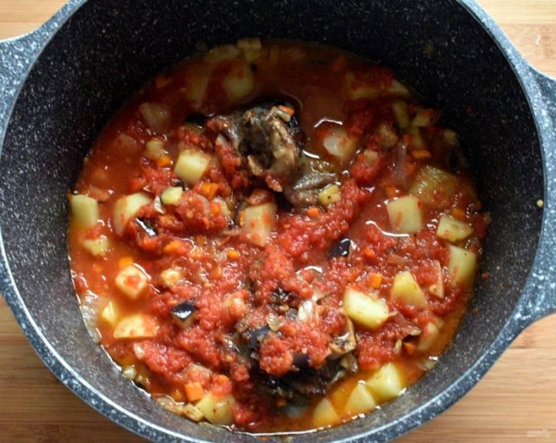 Немного  обжарьте и залейте протертыми помидорами. При желании, можно снять с помидор кожицу и нарезать их кубиками. Но проще натереть спелые помидоры на терке, тогда кожица останется у вас в руках, а в суп попадет только сочная мякоть помидоров. Посолите и добавьте крупно рубленный чеснок. Тушите  минут 20.