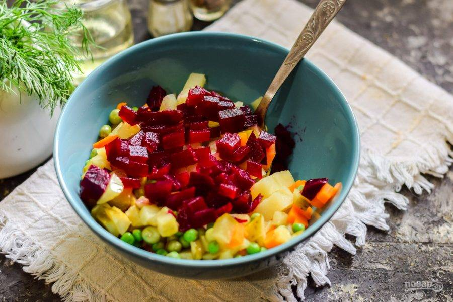 Вареную свеклу нарежьте небольшими кубиками, добавьте в салат, влейте растительное масло.