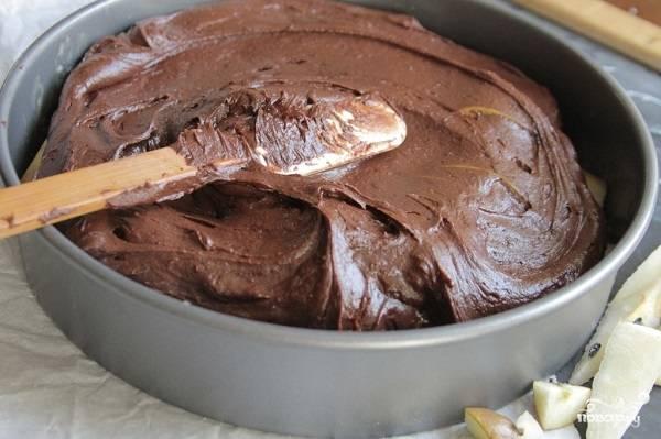 7. Форму можно отправлять в разогретую до 180 градусов духовку и выпекать грушевый пирог. Выпечка занимает около 45 минут. В последние 5 минут выключите огонь и дайте пирогу постоять в закрытой духовке.
