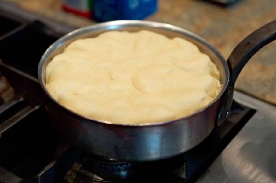Присыпаем яблоки корицей и сахаром, кладем кусочек сливочного масла, сверху накрываем листом готового слоеного теста (заправив края). Тесто должно плотно прилегать к яблокам.