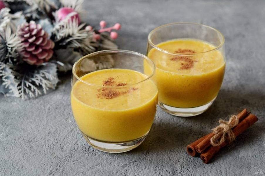 Разлейте смузи по стаканам, сверху можно украсить корицей. Зимний смузи готов, приятного аппетита!