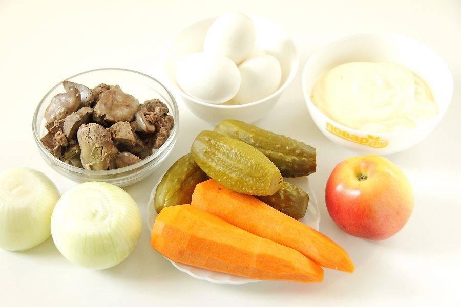 Подготовьте все ингредиенты. Заранее отварите яйца вкрутую и отварите до готовности печень.