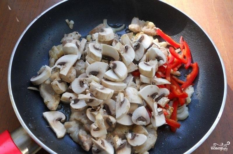 Лук, перец и шампиньоны нашинкуйте. Добавьте их к мясу. Далее влейте соевый соус. Перемешайте. Готовьте ингредиенты в течение 10 минут.