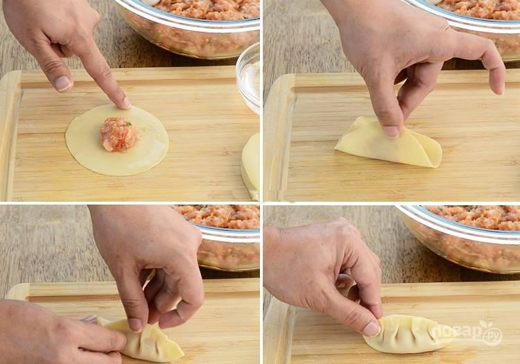 3. Из листа теста сформируйте кружочки, смочите края водой, поместите столовую ложку мясной начинки и слепите пельмени.