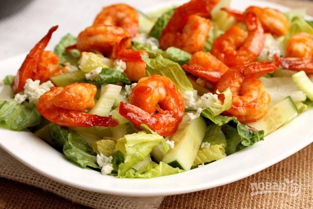 Добавьте в салат креветки.