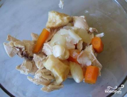 Вынимаем куриное мясо и овощи из бульона. Если грудка с косточкой, отделяем мясо от костей. И все вместе измельчаем блендером в кашицу.