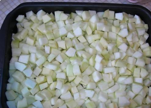 Промойте кабачки. Очистите их от кожуры и нарежьте мелкими кубиками.