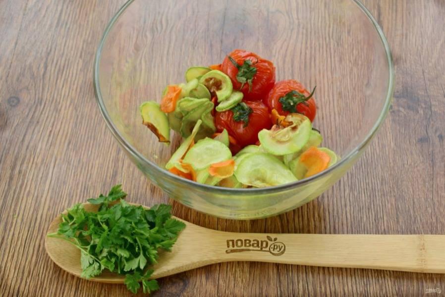Запеченные овощи сложите в миску и накройте крышкой или пищевой пленкой.