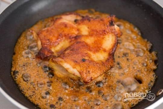5.Тем временем смешайте все оставшиеся ингредиенты и влейте к курице, сразу увеличьте огонь и оставьте так, чтобы смесь кипела, переворачивайте курицу несколько раз.