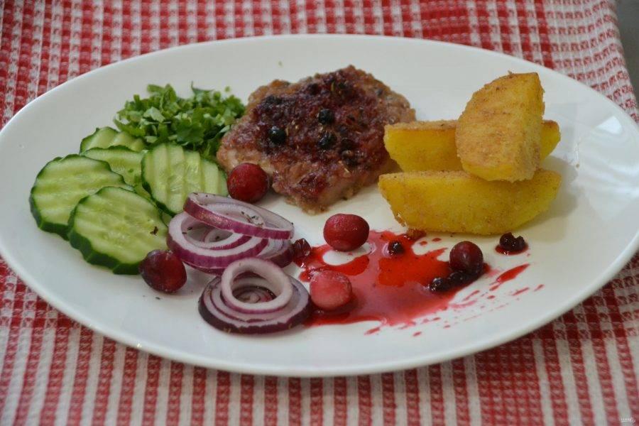 Подавайте свинину с овощами, зеленью петрушки, к ней подойдет брусничный соус.