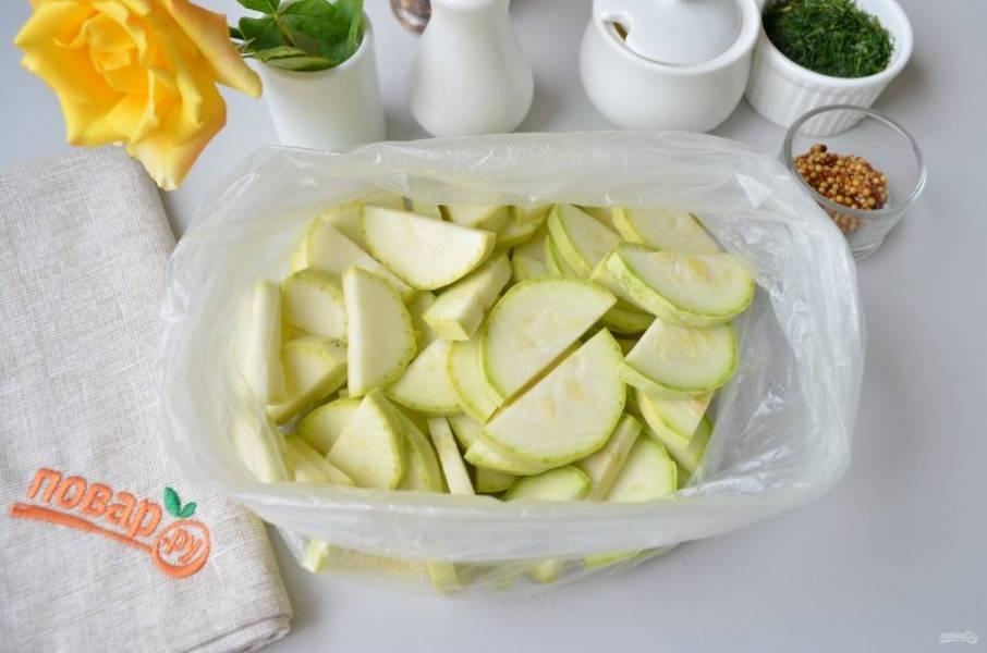Кабачки порежьте на 2 части вдоль, затем — каждую половинку тонкими слайсами (толщина примерно 3 мм). Сложите их в чистый и сухой пакет.