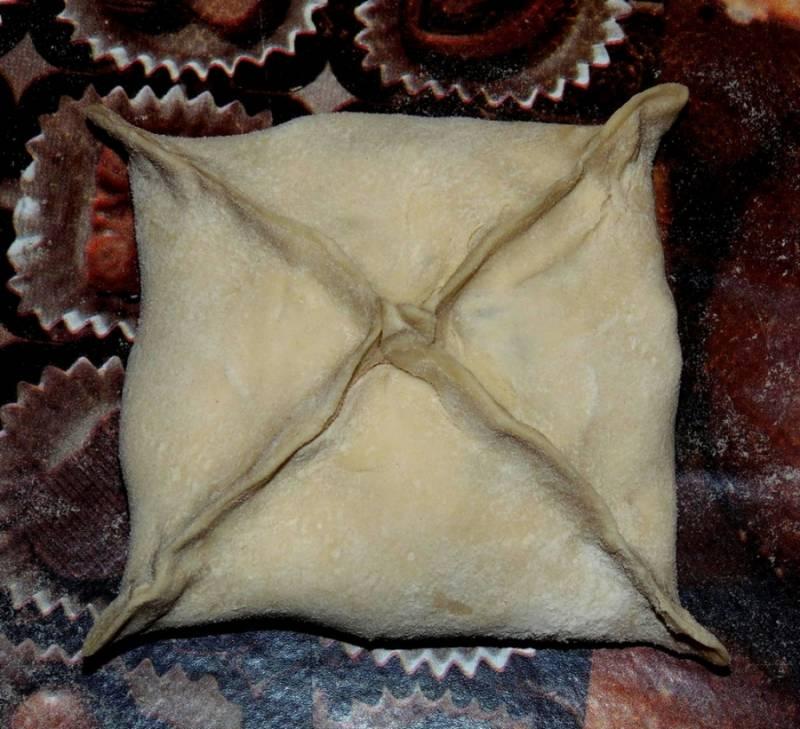 4. Разогрейте духовку до 200 градусов. Соедините концы квадрата в центре, плотно защипните.