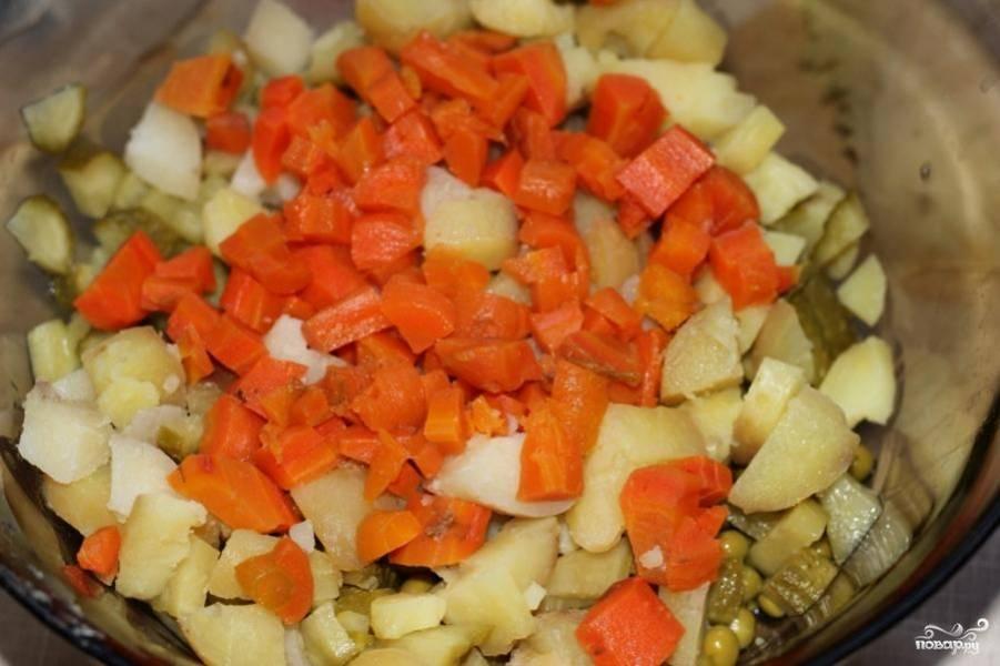 Далее в салатницу попадают отваренные на пару и нарезанные мелкими кубиками морковь и картофель.