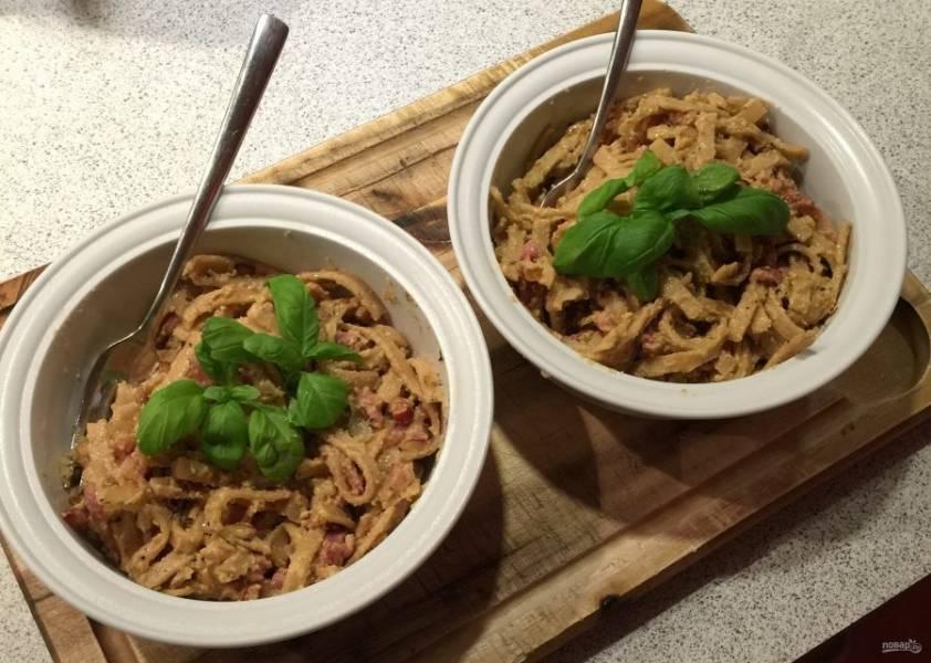 9.Выложите макароны в тарелку и украсьте зеленью, подавайте сразу после приготовления.
