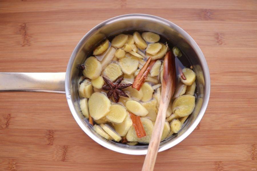 Когда сироп закипит, добавьте имбирь. Варите на среднем огне, время от времени помешивая, в течение 50 минут-1 часа или пока сироп не станет густым, а имбирь мягким.
