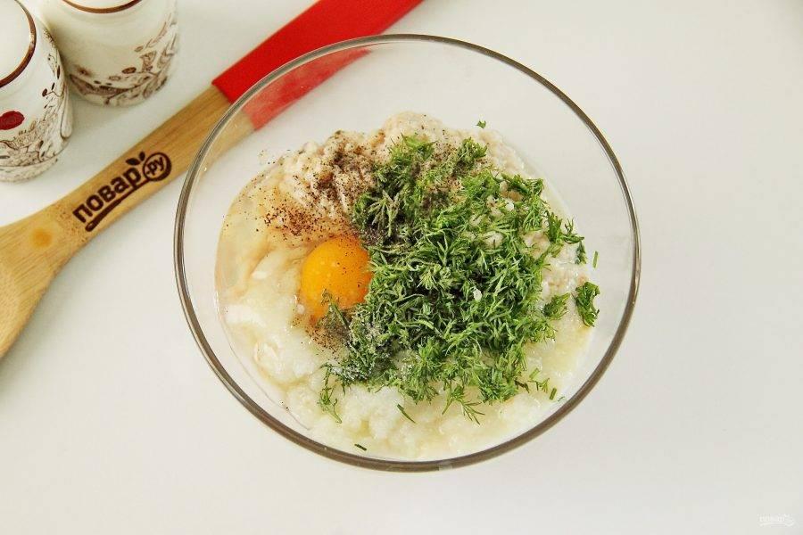 Добавьте к щуке пропущенный через мясорубку репчатый лук и отжатый от молока хлеб. Добавьте измельченную зелень, яйцо, соль по вкусу и молотый перец.