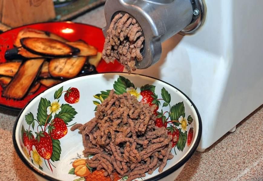 Остывшую печень с луком дважды пропускаем через мясорубку.