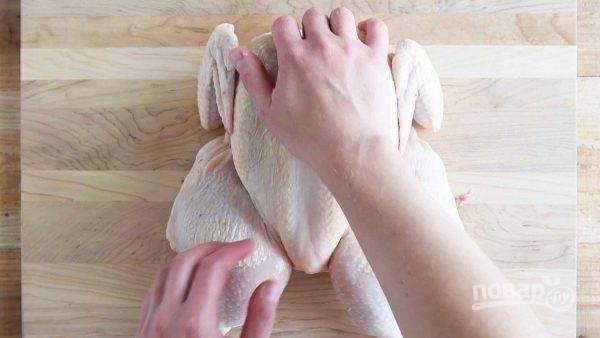 4.Разровняйте курицу, чтобы мясо груди и бедер было приблизительно на одном уровне.
