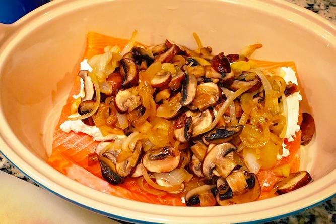 3. Луковицу нарезаем тонкими полукольцами и выкладываем на сковороду с разогретым растительным маслом. Очищаем чеснок, пропускаем его через пресс. Добавляем к луку и жарим 3-5 минут до мягкости. Тем временем вымоем и обсушим грибы, нарежем из тонкими ломтиками и отправим на сковороду. Жарим до готовности, подсолив по вкусу. Также можно добавить щепотку перца.