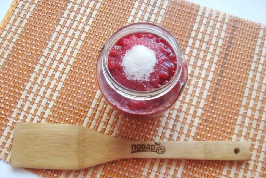 Наполните чистые банки протертой калиной с сахаром, отступая от горлышка на 2 см. Сверху насыпьте остальную норму сахара и закройте крышкой.