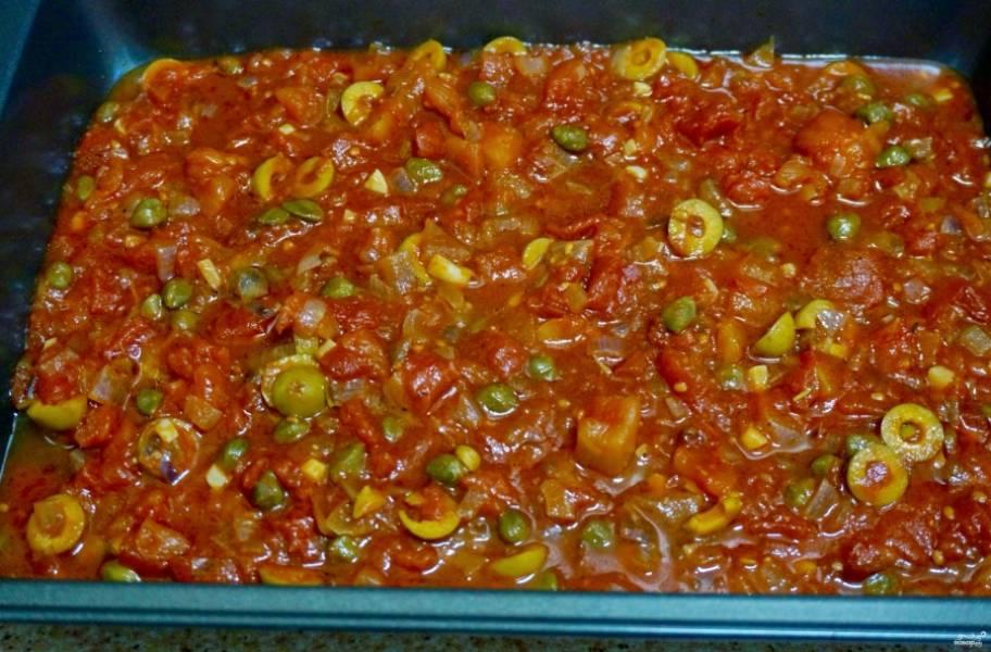 В форму для выпекания выложите соус томатный с оливками.