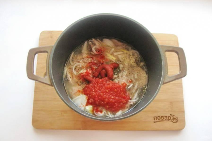 Добавьте томатную пасту и помидоры, измельченные любым способом.