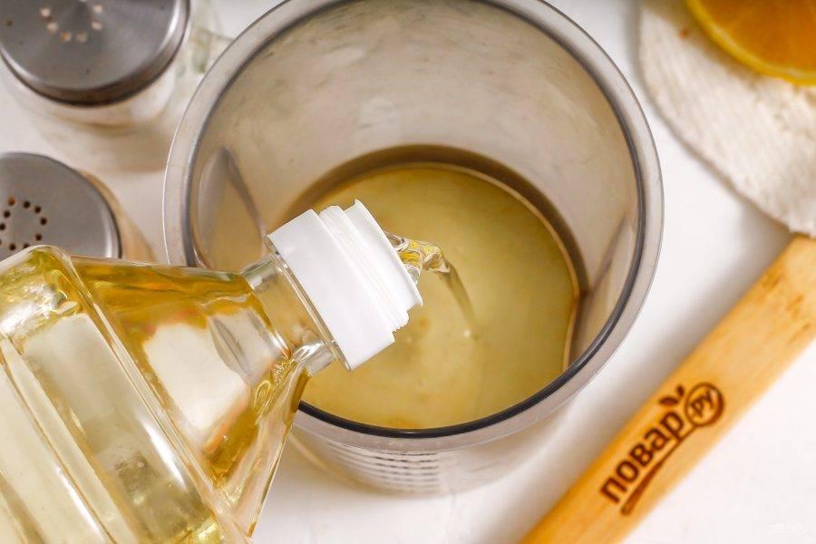 Влейте в высокую емкость для блендера растительное масло.