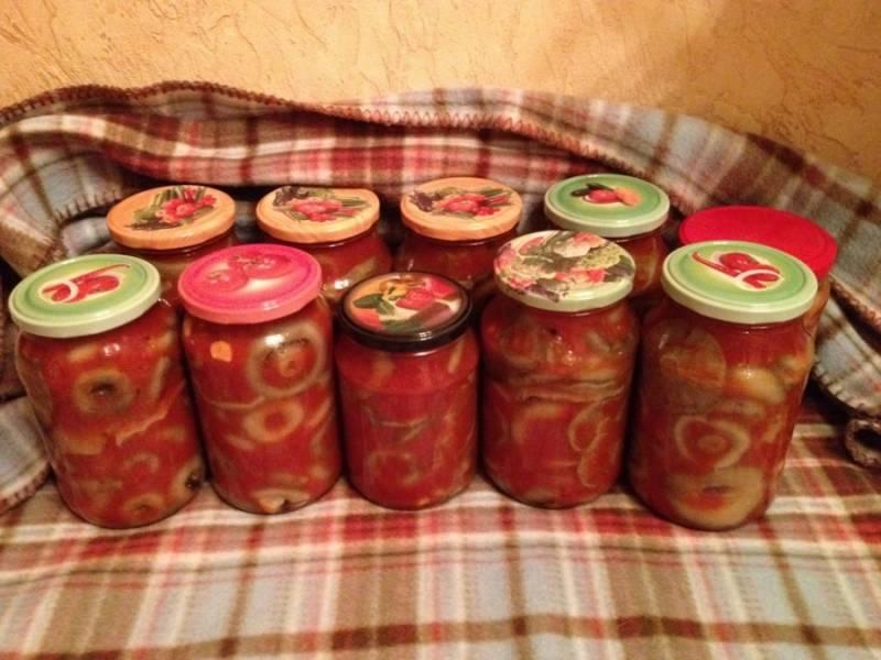На дно стерилизованных баночек кладем: чеснок, укроп, перец горошком. Затем грибы и сверху томаты. Приятного аппетита!