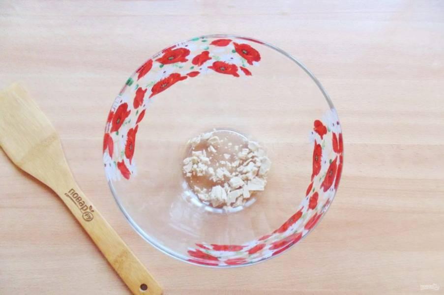 Начните с теста. В миску раскрошите свежие дрожжи. Сухих потребуется 7-8 грамм.