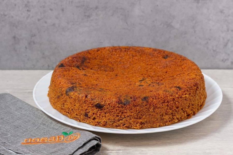 Наш пирог готов! Остудите в чаше или форме до теплого состояния и аккуратно переложите на блюдо.