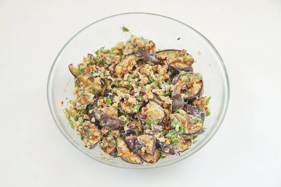 Перемешайте. Добавьте по вкусу соль и черный молотый перец. Любители поострее, могут добавить пропущенный через пресс чеснок.