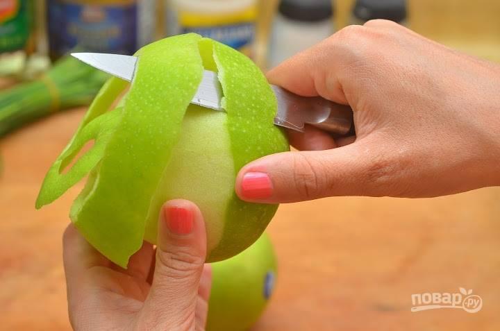 7.Зеленые яблоки мою и срезаю кожуру, затем разрезаю на 2 части и вычищаю семена.