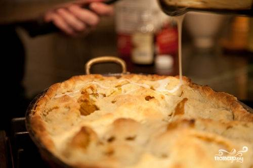 И отправляем пирог запекаться в разогретую до 180 градусов духовку примерно на 40-45 минут. Пирог должен покрыться красивой золотистой корочкой. Пока пирог выпекается, готовим глазурь. Взбиваем вместе молоко, ваниль и сахарную пудру. Достаем пирог, остужаем его в течение 10 минут и затем поливаем глазурью.