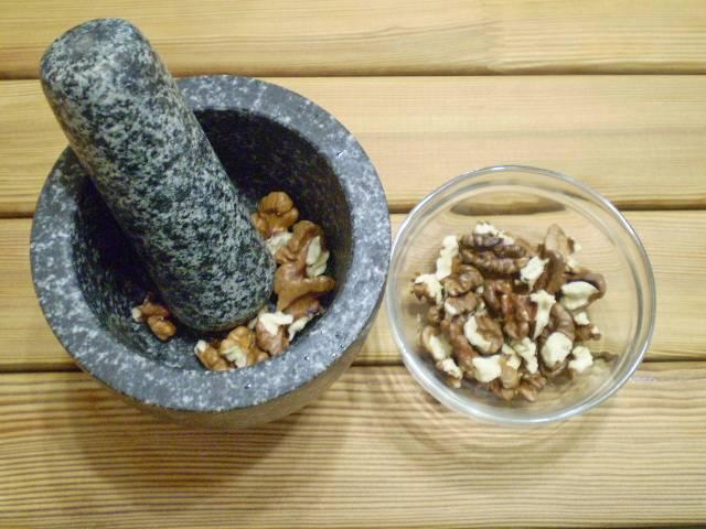 4. Чистим орехи, толчем в крошку.