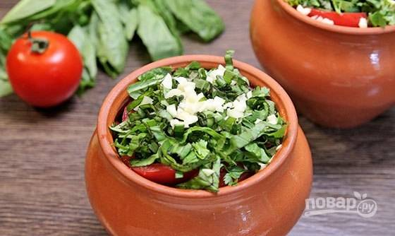 Сверху засыпьте соль и приправы. Нарежьте зелень и чеснок.