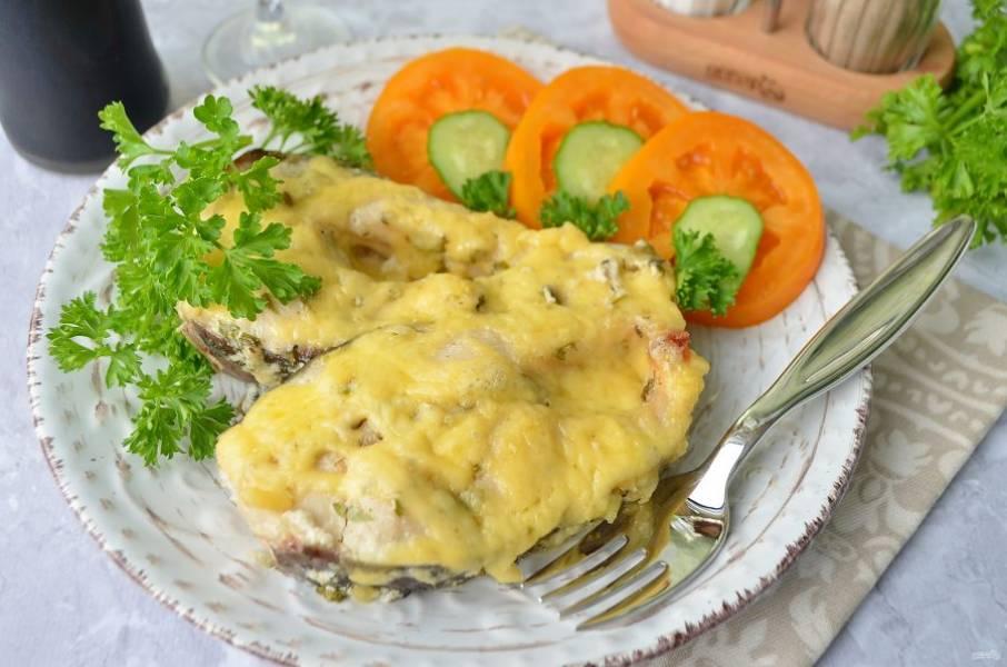 7. Подавайте рыбу горячей с овощами. Приятного!