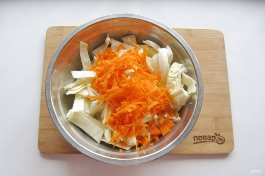 Морковь очистите, помойте и натрите на терке.