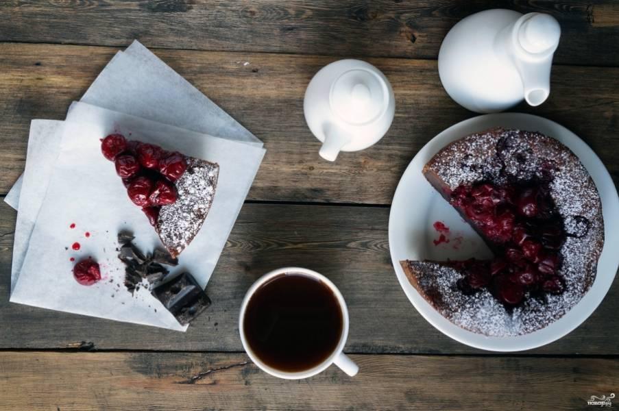 Выпекайте десерт в духовке в течении 30-50 минут при температуре 180 градусов.  Готовность проверяйте деревянной шпажкой (при выходе она должна быть сухой).
