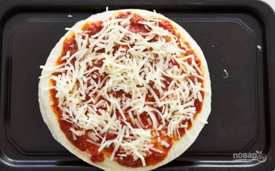 5.Накройте еще одной тортильей и смажьте ее соусом, добавьте чуть сыра.