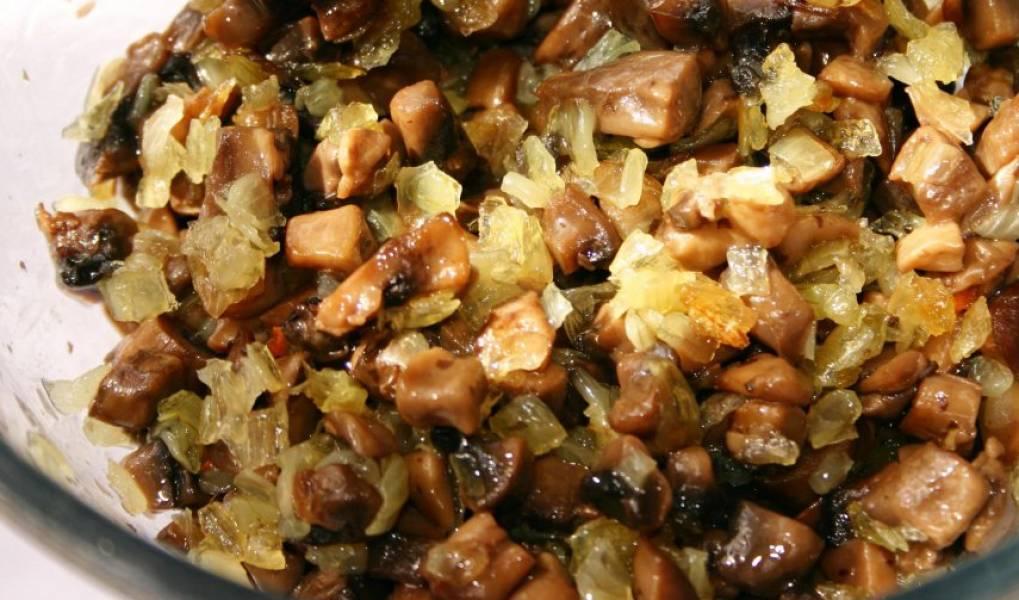 2. Грибы тем временем обжарим с луком на растительном масле. соль - по вкусу.