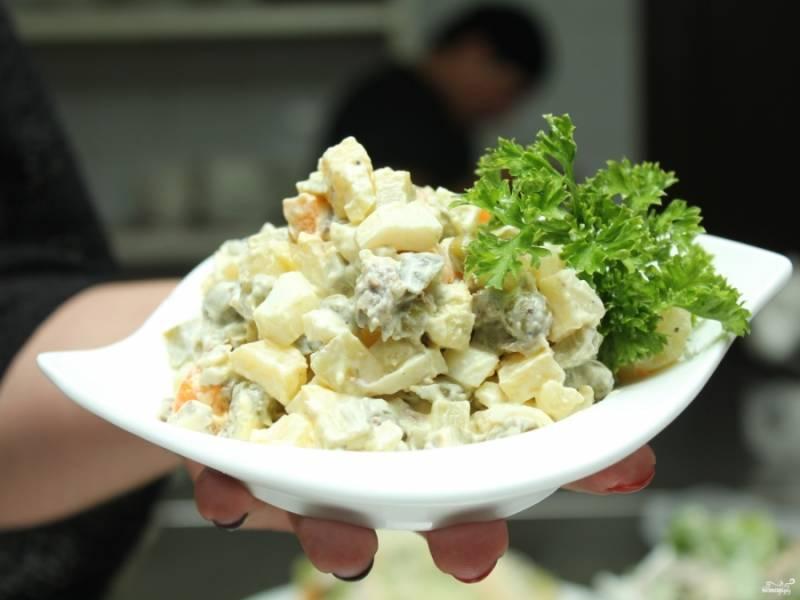 7. Готовый салат выкладываем в креманку или на блюдо и подаем к столу.