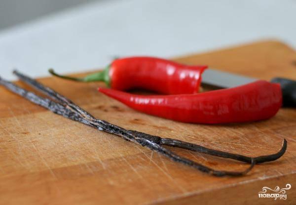 Палочку ванили разрезаем пополам, чили перец очищаем от семян.