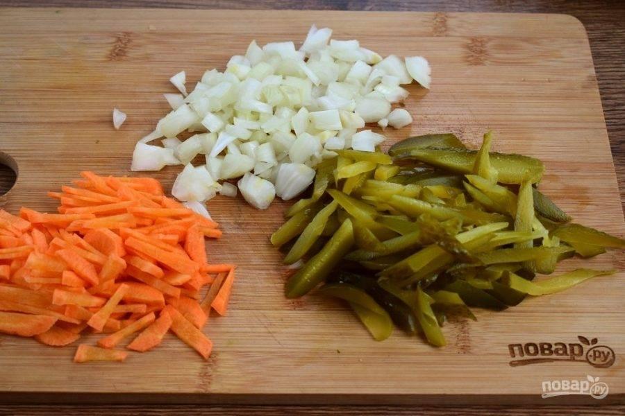 Лук измельчите, морковь и огурцы нарежьте соломкой.