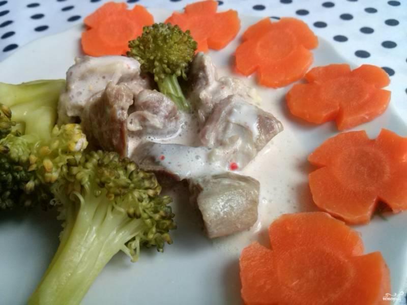Порежьте отварное мясо мелкими кусочками так, чтобы было удобно накалывать на вилку, полейте соусом, подавайте с овощами. Приятного аппетита!