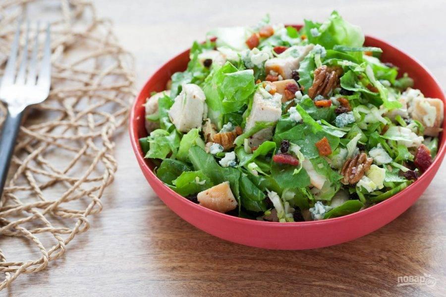 7.Раскладываю салат порционно, украшаю его обжаренным луком в муке. Приятного аппетита!
