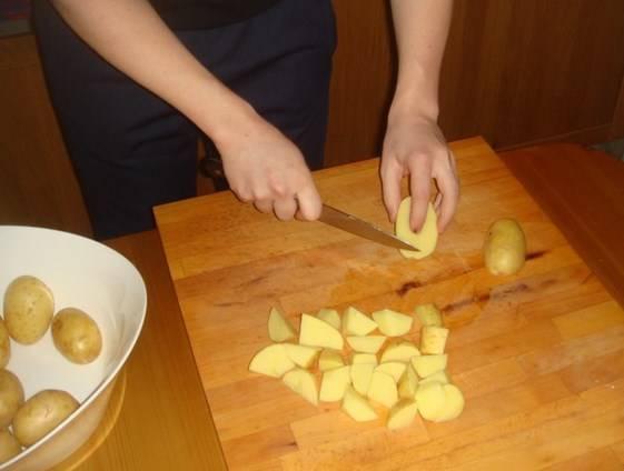 Режем картошку произвольно. Я делаю четвертинами, если картошка молодая - даже не чищу кожуру.