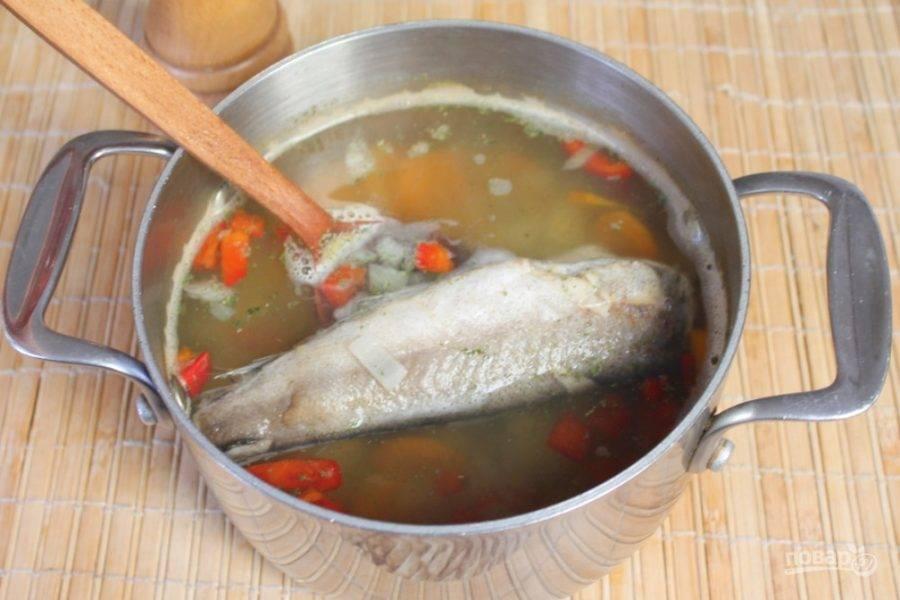 Хек кладем в суп целым и продолжаем готовить на слабом огне еще минут 15-20.  Далее готовую рыбу вынимаем, филируем, разделяем на порционные кусочки и кладем в тарелки с супом.