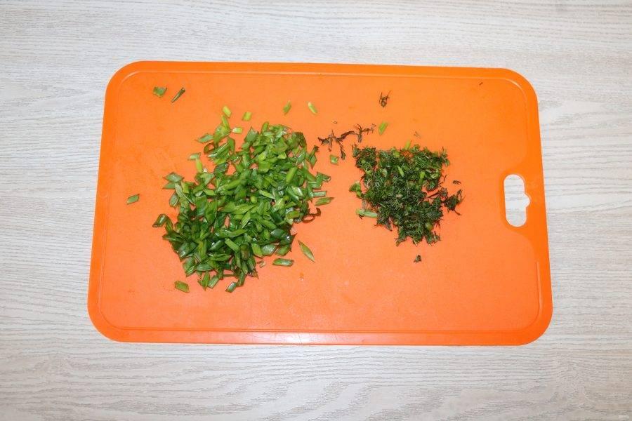 Зелёный лук и укроп мелко нарежьте.