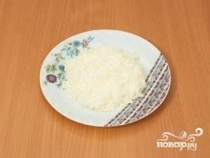 Заранее отварите яйца. Все яйца, кроме перепелиного, разделите на белки и желтки (которые нам не понадобятся). Белки натрите на тёрке.