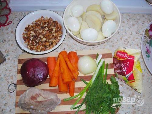 1. Подготовьте ингредиенты: отварите картофель, морковь, свеклу, яйца и свинину. Остудите овощи и очистите, промойте зелень (зеленый лук, укроп, петрушку).